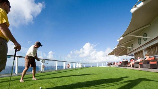 Joueurs de golf à bord du bateau de croisières de luxe Celebrity Cruises