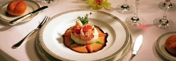 Repas gastronomique à bord de la compagnie de croisière de luxe