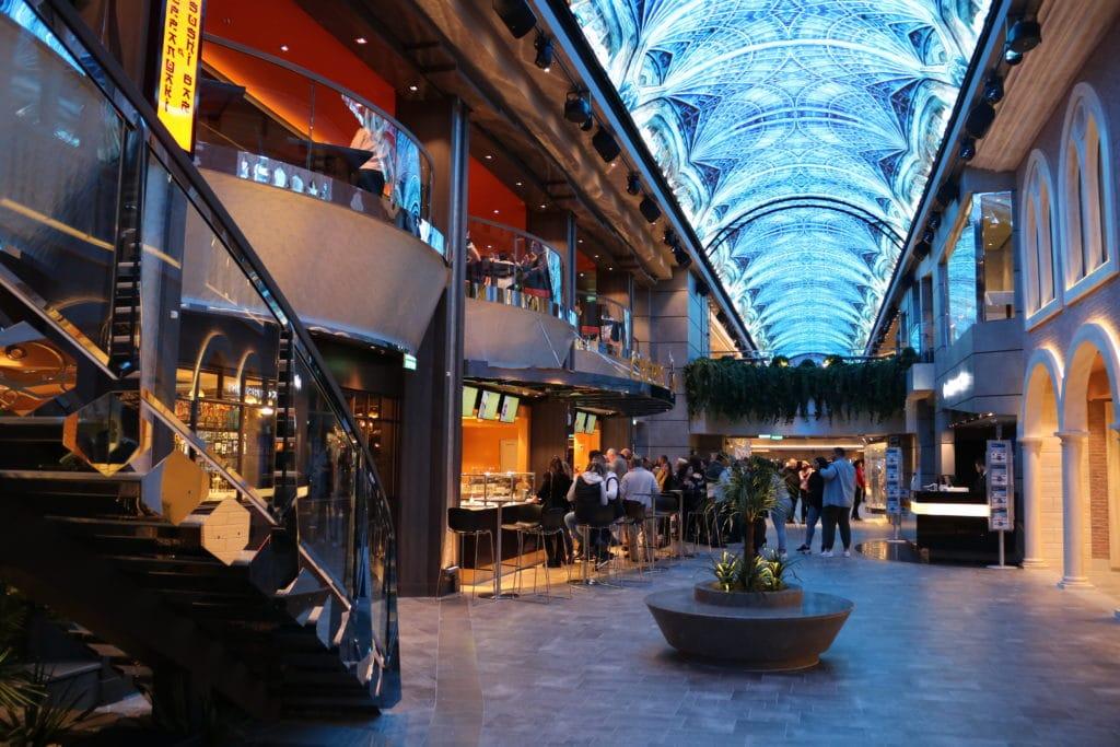 Galleria Grandiosa ; allée bordée de boutiques et de bars /restaurants avec dôme en LED pouvant changer d'ambiance.
